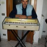 Ariano Scansani capo reparto ebanisteria Farfisa con il Microrgan