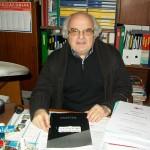 Aroldo Gambini progettista di laboratorio Farfisa con il manuale Seven X