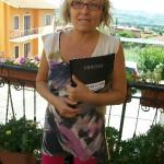 Fiorisa Pesaresi centralinista Farfisa con il manuale Style Editor