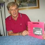 Luciano Montecchiani capo reparto tavole armoniche Farfisa con il manuale modello 148