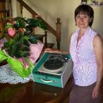 Maria Luisa Rinaldi supplente di linea Farfisa con il giradischi Blues