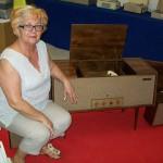 Maria Mengarelli magazzino ricambi Farfisa con il giradischi a mobile Recital
