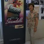 Marisa Doffi reparto lucidatura pianoforti Farfisa con cartellone pubblicitario