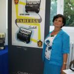 Norina Marzocchi linea montaggio organi Farfisa con cartellone pubblicitario