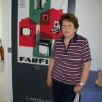 Ornella Torbidoni montaggio piastre Farfisa con cartellone pubblicitario