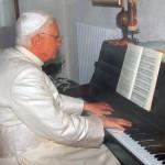 papa benedetto xvi suona il pianoforte furstein farfisa