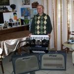 Piero Greganti riparatore Farfisa con la fisarmonica Cordovox