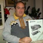 Pino Gabban riparatore organi Farfisa con lo schema Louvre p