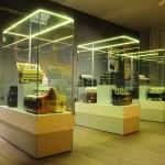 Sala terza: Esposizione di fisarmoniche Scandalli esposte in vetrine