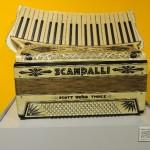 Sala terza: Fisarmonica Scandalli del 1935 bianco perlato con tastiera sagomata curva